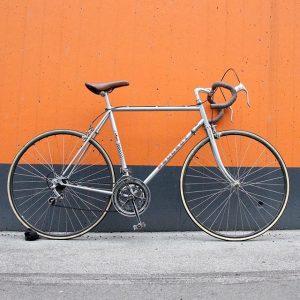 Orange Friday . . . #bikeshit #Peugeot #roadbike #vintagebike #colorweek #orange #velo #instabike #instacool #instagood #potd #tgif...