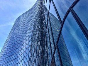 OMV Building #omv #omvoffice #omvvienna #omvheadoffice #officebuilding #reflection #viennasbuildings #wienleopoldstadt #viertelzwei #leopoldstadt #lovearchitecture #lookingup #blue #allkindsofblue #architecture...