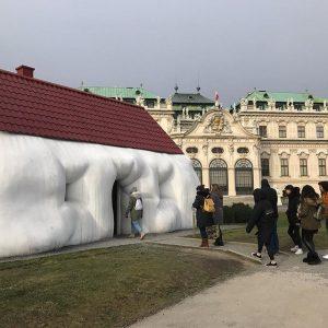 Erwin Wurms Fat house im Garten des #belvedere. @erwinwurm #ig_austria #ig_vienna #vienna #wien #art Vienna, Austria