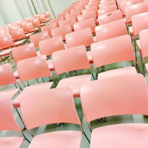 Sogar die Sessel wissen es! #rosamachtglücklich #mannermagmaneben #wochenstart #mannerfriends MQ – MuseumsQuartier Wien