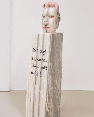 """""""Lili sagt: Ich verstehe Kunst halt nicht! Ich sage: es macht nichts """" folgen eines Bettgesprächs ! Have a look at the Library of stones ➡️➡️➡️ @markusredl ! . . . #markusredl #galerielisakandlhofer #carraramarble #eidechse #lizard #sculpture #exhibition #vienna #quotes Galerie Lisa Kandlhofer"""