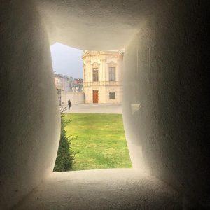 Welch wunderbarer Ausblick vom fat house von @erwinwurm auf das @belvederemuseum in #wien #vienna #art #ig_austria #ig_vienna