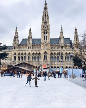 Not one bit of snow in Vienna, but instead we've got an ice dream area here! 💁🏻‍♀️⛸...