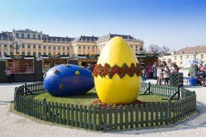 In Schönbrunn ist der 🐇 los! Heute öffnet um 10.00 Uhr der Ostermarkt vor dem Schloß Schönbrunn...