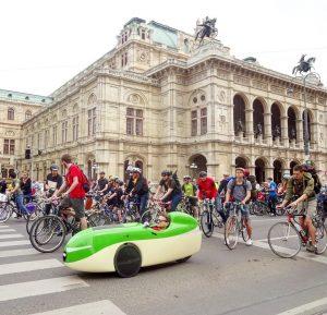 Viele Räder und ein pedalbetriebenes Raumschiff. #radparade #rad #fahrrad #bycicle #radfahren #bike #oper #opera #vienna #staatsoper #ring...