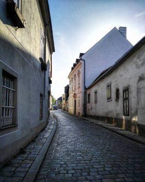 Vienna Eine alte Gasse in Nussdorf, wo man den dörflichen Charakter des einstmals eigenständigen Ortes deutlich sieht....