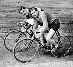 Der Kult um das Fahrrad blickt auf eine lange Tradition zurück, wie uns auch diese beiden Herren...