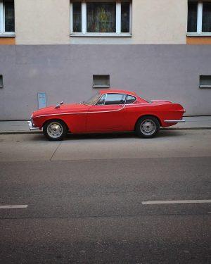 Red Beauty 💔 • #asundaycarpic #soloparking #volvo #volvolove #capture_red #vintage #car #vintagecar #oldtimer #instacar #altekarrenbattle #classiccars #soulcarcollective...