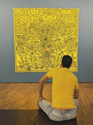 A stranger is blending into Keith Haring
