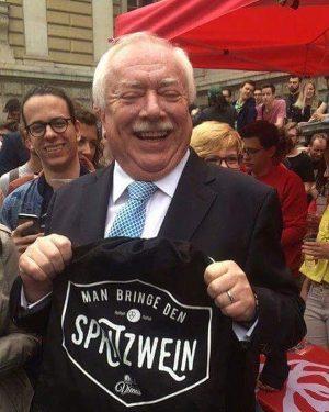 Man bringe den Spritzwein!🍷 Anlässlich der Amtsübergabe von unserem Lieblingsbürgermeister verschenken wir unter allen Kommentaren 2x2 Spritzwein-Taschen...
