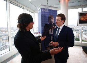 Bundeskanzler Sebastian Kurz hat heute bei der Eröffnung der Ringturm-Verhüllung den renommierten österreichischen Künstler Gottfried Helnwein getroffen...