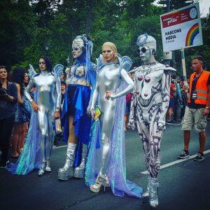 YASSS PRIDE YASSSSSSSS! #vienna #österreich #wien #austria  #travelgram #traveltheworld #wherejulietravels #travel #seetheworld #wandering #wanderer #wanderfolk #letsgothere #traveler #passportready #passport #passportrequired #nomad #nomadiclife #getoutoftheoffice #pride #gay #gaypride #gayprideparade #equality #rainbow #gayrightsarehumanrights #loveislove #queer #lgbtq Regenbogenparade