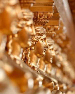 Geduldiges Warten auf die Sommerpause... 😎 . . . . #musikverein #allesgoldwasglänzt #details #beautiful #architecture #sunnyday #gold...