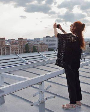 Renate Helnwein fotografiert das Werk - die Ringturmverhüllung ihres Mannes - I SAW THIS 💜 ⏸ Helnwein...