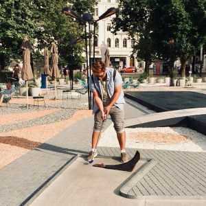 Höchste Konzentration🏌️♂️☀️😎 #minigolf #sportfüranfänger #sunday #funday #qualitytime #vienna #urbanlife #hipsteralarm #mqamore #july #summer2018