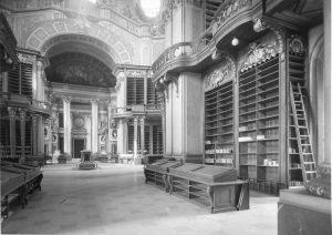Diese gähnende Leere wurde während des 2. Weltkriegs aufgenommen, nachdem nicht nur sämtliche Bücher und Globen, sondern...