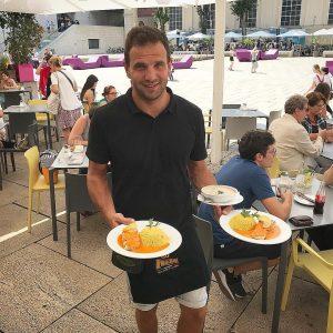 Gegrilltes Lachsfilet mit Couscous und rote Paprika-Kokossauce #tagesteller #wien #1070 #mq #mqdaily #mahlzeit