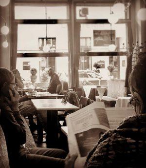 😉 Wiener Kaffeehausgeschäftigkeit 😉 #samstag im #cafebräunerhof #bräunerhoftraum mit #zwetschkenkuchen #menschen #lesen #telefonieren #reden #trinken #kaffee #coffee...