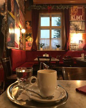 Mein Wien. • #meinwienisneddeppat #desismeinkaffee #altelieberostetnicht #altwienistmeinwien #ichbinwiederhier #itfeelslikeyesterday #wienliebe #hachwien #vienna #wienleuchtet #kaffeeistkultur #kulturprogramm #igersvienna #myspot #meinneues Kaffee Alt Wien