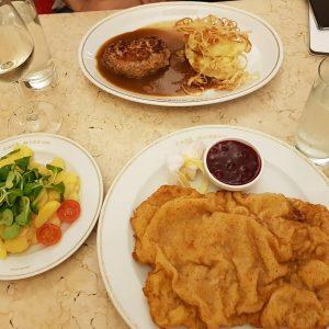 Seyahat tatlarına devam. Bugüne kadar schnitzel hep tavuktan olur sanıyordum ama bence dana etinden yapılan schnitzel ef-sa-ne...