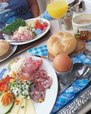 🍞🧀☕ #breakfast #breakfastheaven #frühstück #coffee #orangejuice #eggs #vienna #austria #lookatthatmug #teddymug #weekend #saturday #livingthegoodlife Vollpension