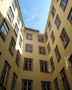 ein Innenhof im 1.Bezirk a courtyard in the city district  #wien #vienna #wienerfassaden #facadesinvienna #österreich #austria #vienna_city #vienna_online #viennascene #vienna_austria #visitaustria #365austria #discoveraustria #loves_austria #madeinaustria #ersterbezirk #ersterbezirkwien #citydistrict #firstdistrict #visitvienna #viennaclassical #1000thingsinvienna #vienna_eu #viennaposts #viennagram