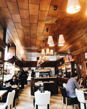 Como todos sabem, Viena é uma cidade cheia de boas cafeterias espalhadas por todo canto. Você encontra...
