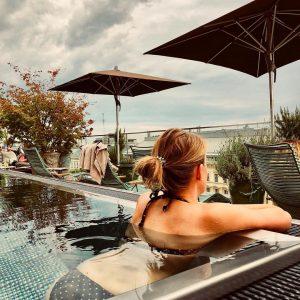 Erstmal kurz entspannen...😎 #grandferdinandhotel #rooftoppool #blicküberdiestadt #bikini #girl #relaxed