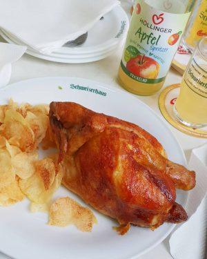 Grillhendl im Schweizerhaus 🍺 #nostelzeforme #tradition #lastsummernight #baldherbstelts #erdäpfelsalat #wienerprater #pflichtbesuch #ohvienna #dievorkosterinneninwien