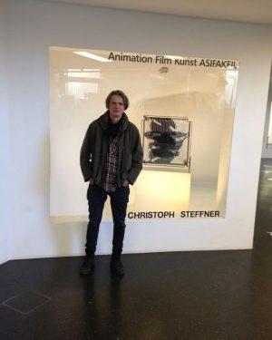 Sei der/die Erste, dem das gefällt. ASIFAKEIL; Christoph Steffner in front of his exhibition