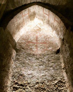 Gothic Vienna🕯 Die unterirdische Virgilkapelle ist einer der besterhaltenen gotischen Innenräume in Wien. Um 1246 stattete man...