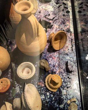 Diese Vitrine im Römermuseum am Hohen Markt zeigt den Inhalt eines Grabes, das 2004/2005 in der Klimschgasse...
