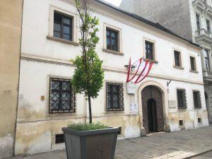 Heutige Büro Nr.1! Das Konzert beginnt um 15:30 Uhr! Nächste Büro-> Mozarthaus um 18:30!;) Bis Bald! 今日一つ目の仕事場は、シューベルト生家でございます。コンサートは15時半から♪そしてそのあとはモーツァルトハウス。室内楽ピアノ科のAvo門下のピアニストと一緒に👍🏻お時間のある方は是非^^
