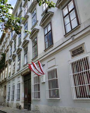 🎹🎶🎻🎶🎹 Στον 4ο όροφο αυτού του κτηρίου, σ ένα μικρό διαμέρισμα πέντε δωματίων, ...