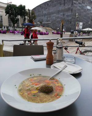 Huhnsuppe mit Leberknodel, Gemuse und Nudeln. #lunch #vienna #vienna_city #wenen #vienna_austria #vienna 🇦🇹 #food MQ Daily