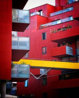 Im Sonnwendviertel . Rot . . . . . . #vienna #modernvienna #sonnwendviertel #red #architecture #design #modernarchitecture...