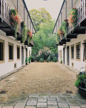 Man spaziert durch die hektischten Straßen, geht durch ein Haustor und steht in den friedlichsten Innenhöfen. Wien...