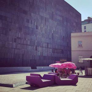 #mumok #museumsquartier #museumsquartierwien #aloha #museumsplatz #pinkumbrella #purplecouch #hotinthecity #coldbeer #pinkcocktails #zementhippies #bricklife #nonature #notrees #cityhippies #museumsquartierwien #wien...