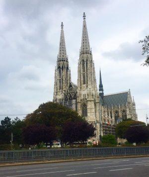 Áustria 🇦🇹- Essa é a igreja da promessa que fica na frente do parque do Freud em...