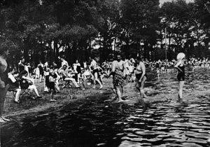 Genießen Sie die letzten schönen Badetage! ☀️👙💦 (Fotografie, 1920er, Bildarchiv und Grafiksammlung) #SummerPleaseDontGo #swimming #gänsehäufel #blackandwhitephotography #austria...