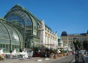 Das wunderbare Palmenhaus beim Burggarten, Vienna, Austria 🇦🇹 #travelphotographer #palmenhaus #architecture #steelconstruction #glasshouse #restaurant #burggarten #vienna #austria...