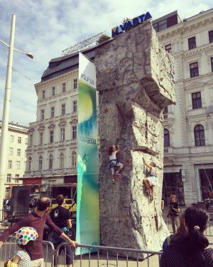 #wien #1070 #streetlife #climbing #stelzen #stilts #kids #traffic #streetparty #fun #sunday