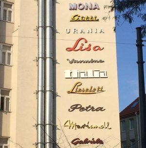 A new wall for Mona Lisa 😉Der Verein Stadtschrift rettet alte Geschäftsbeschriftungen vor der Abrissmulde. In der neuen Mauerschau 1060 (Hofmühlgasse/ Mollardgasse) werden unterschiedliche weibliche Typografien gezeigt. Die Mauerschau 1020 in der kleinen Sperlgasse wird in demnächst abgebaut - die Baulücke wird geschlossen. Also rasch hingehen, wenn ihr sie noch sehen wollt! #stadtschrift #mauerschau #citytypeface #stadtgeschichte #vereinstadtschrift #wienliebe #viennanow Hofmühlgasse
