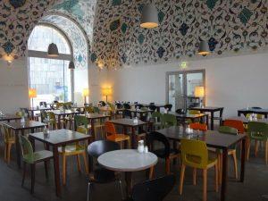 CAFÉ RESTAURANT CORBACI // @architekturzentrum_wien // @mqwien Warme Küche durchgehend #mq #museumsquartier #azw #architekturzentrum #wien #vie #vienna