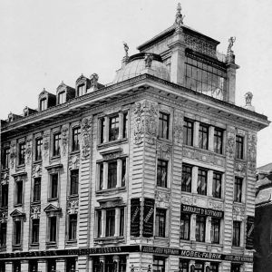 The Anker House at Graben in Vienna (1894/95) represents as it were the modern residential and commercial building as it was fashioned also by Otto Wagner for modern times. It is divided into a largely glazed public commercial use area, which takes up the ground floor and the mezzanine, and the equally valued residential floors, which are located above them. Wagner also found a pronounced rooftop important, found here in the form of a glazed photographic atelier. More about WAGNER and POST WAGNER in our current exhibition #postottowagner  _____ #makvienna #makwien #museum #appliedarts #ottowagner #modernism #vienna #vienna1900 #architecture #postmodernism #architecture #architecturephotography #historicarchitecture  #wienermoderne #viennesemodernism  _____⠀ The exhibition was realized thanks to financial support provided by the European Regional Development Fund and is part of the Interreg-project