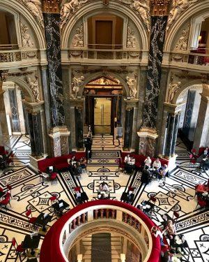Entre a arte grego-romana e as transgressões de Caravaggio, uma pausa para o café! 👨🏻🎨 ☕️ #vienna #km43 #felizAnoNovo