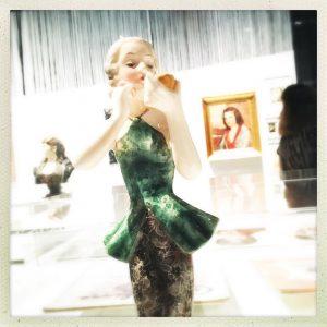"""Mirror, mirror, …💄 Danke @friederike.ivens für dieses schöne Bild vom Besuch in unserer Ausstellung """"Mit Haut und Haar""""!#wienmuseum #mithautundhaar  #beautystandards #bodystandards #schönheitsideal #historyoffashion #porcelainart #porcelainsculpture #porcelaindesign #porcelainfigurine"""