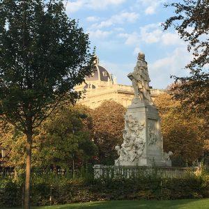 Discover Vienna! Mozart and the roof of museum of art in the background . . . . #vienna #austria #burggarten #wien #cycling #draußenimgrünen #outdooractivity #capitalofaustria #mozartdenkmal #monumental  #sightseeingvienna #spaßamsport #amazingplaces #oase #oasederruhe #bewegung #photography #ridingmybike #wunderschön #sportinwien #fitinwien #parksinvienna #morgensport #greatviews #placestobe #viennasightseeing #kunsthistorischesmuseum #museumofart #discovervienna #bicyclinginvienna