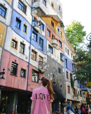 From the most colorful place in Vienna with L💗VE. Wearing the softest @wholly_wear.eu dress (don't miss the last days of their summer sale) [Ad]. 🤗 Have a great weekend everyone! xoxo, Una 😙 #vienna #viennainsider #viennablogger #sheisnotlost #dametraveler Hundertwasserhouse