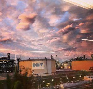 #whatisgoingon #whatabeautifulworld #welcomehomebaby #vienna #wien #ohwieschön #pinksky #cottoncandy #dramaticsky #heaven #pink #omv #fromthetrain